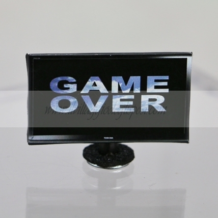 TV schermo piatto scritta GAME OVER